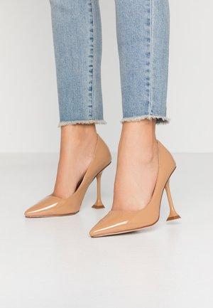 WIDE FIT RUMER - Høye hæler - nude