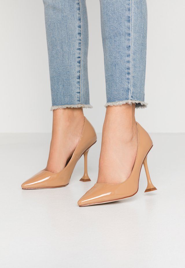 WIDE FIT RUMER - Klassiska pumps - nude