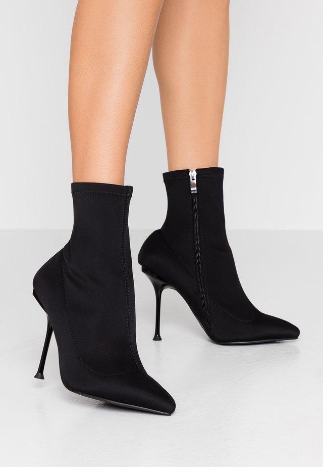 WIDE FIT KADENCE - Kotníková obuv na vysokém podpatku - black