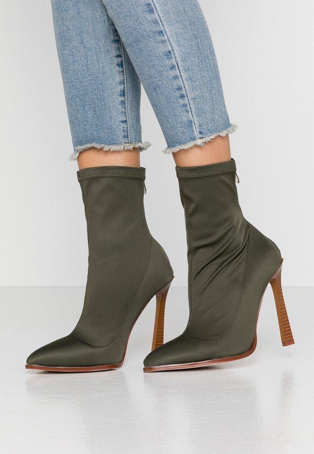 WIDE FIT CATRIONA - High Heel Stiefelette - khaki