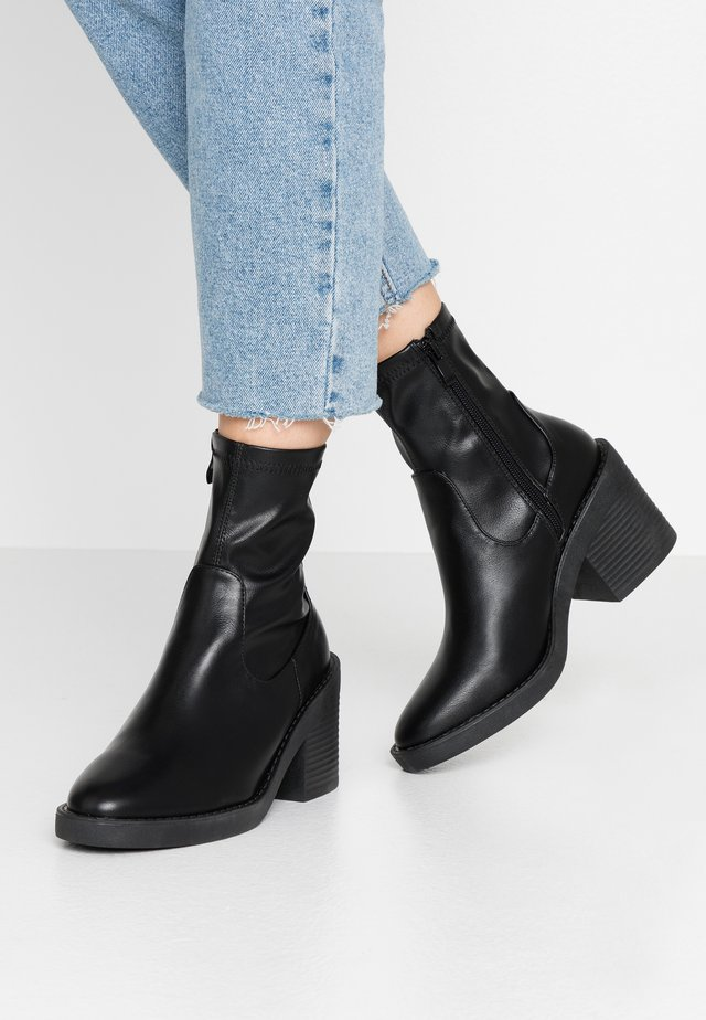 WIDE FIT TATUM - Kotníková obuv na vysokém podpatku - black
