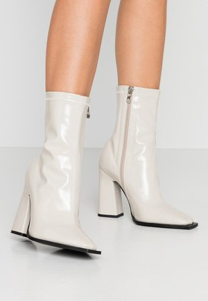 WIDE FIT VALENCIA - Bottines à talons hauts - offwhite