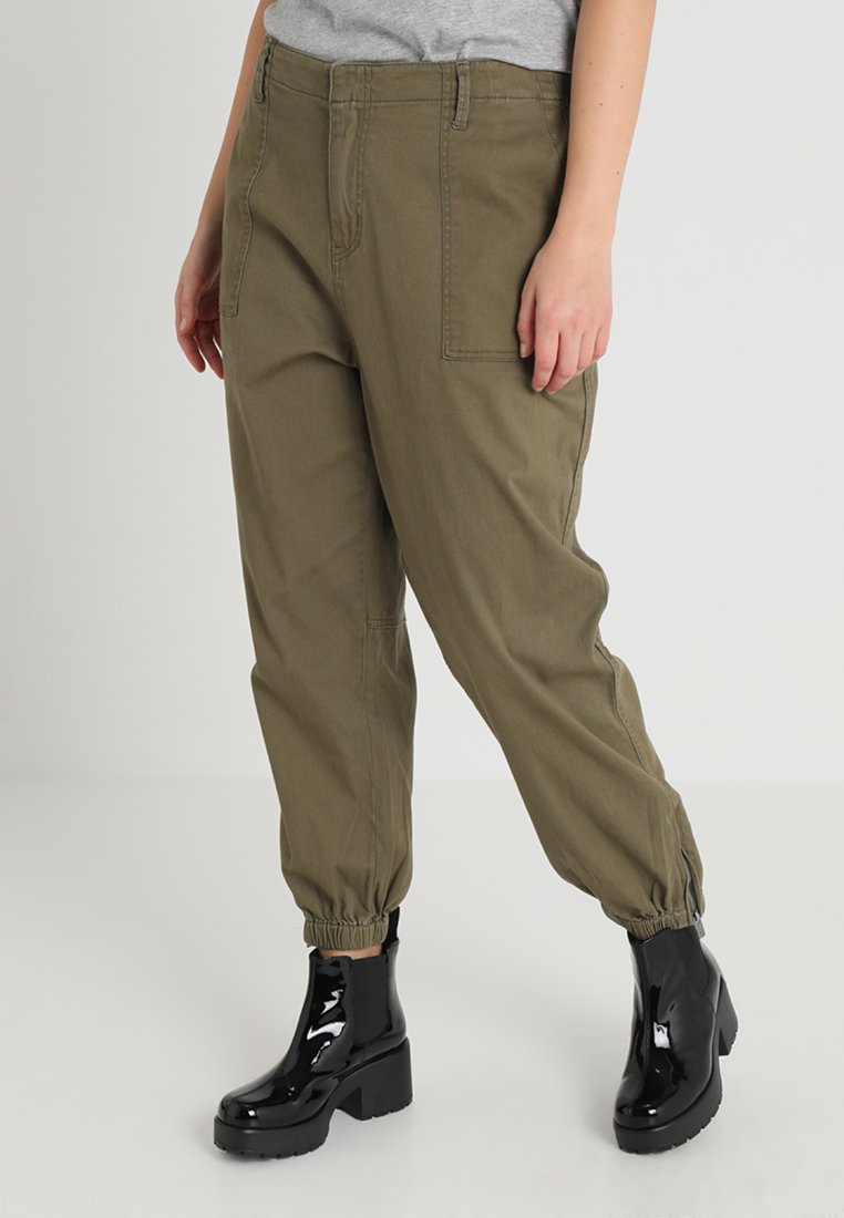 RACHEL Rachel Roy Curvy - EXCLUSIVE ARMY CROPPED MILITARY PANT - Stoffhose - green