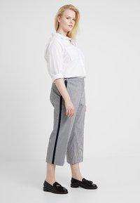 RACHEL Rachel Roy Curvy - EXCLUSIVE ELIN STRIPE PANT - Trousers - true navy combo - 1