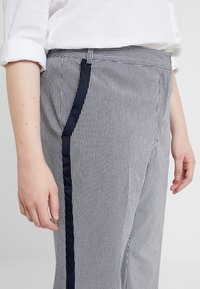 RACHEL Rachel Roy Curvy - EXCLUSIVE ELIN STRIPE PANT - Trousers - true navy combo - 4