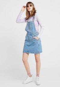 Ragged Jeans - DUNGAREE DRESS - Denimové šaty - light blue - 2