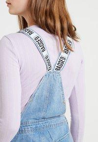Ragged Jeans - DUNGAREE DRESS - Denimové šaty - light blue - 4