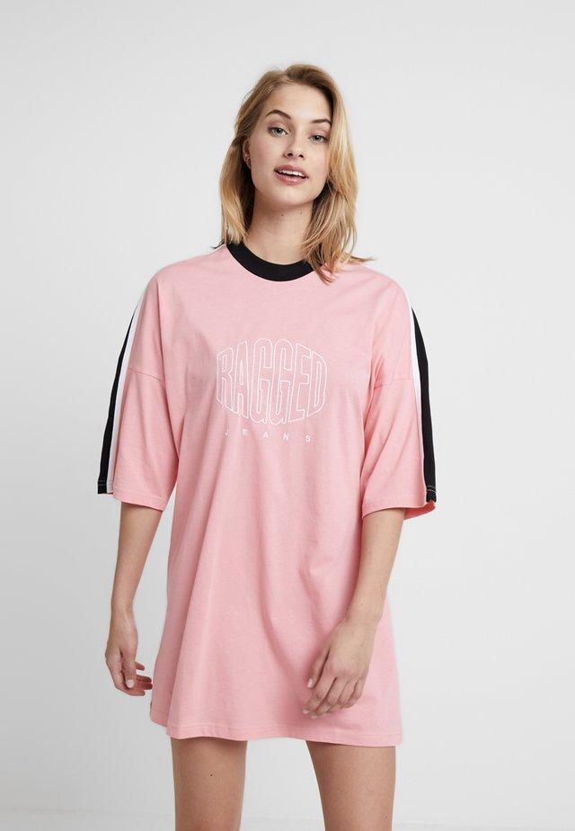 TEE DRESS WITH PRINTED LOGO - Jerseyklänning - pink