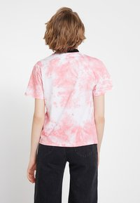 Ragged Jeans - TIE DYE TEE WITH LOGO EMBROIDERY - T-shirt print - pink - 2
