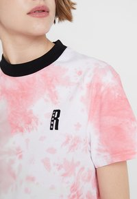 Ragged Jeans - TIE DYE TEE WITH LOGO EMBROIDERY - T-shirt print - pink - 5