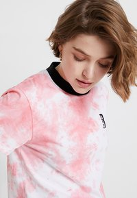Ragged Jeans - TIE DYE TEE WITH LOGO EMBROIDERY - T-shirt print - pink - 3