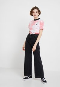 Ragged Jeans - TIE DYE TEE WITH LOGO EMBROIDERY - T-shirt print - pink - 1