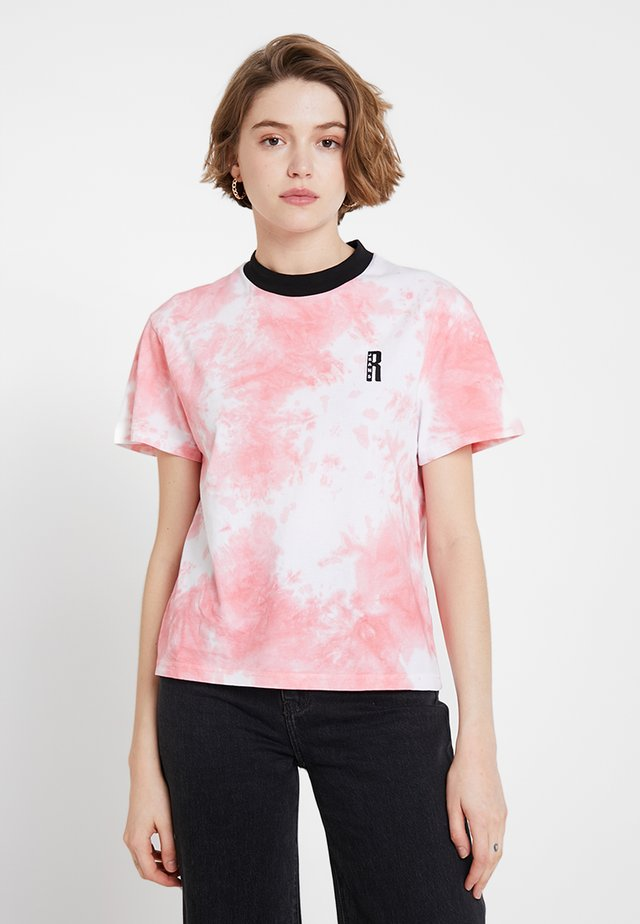 TIE DYE TEE WITH LOGO EMBROIDERY - T-shirt med print - pink