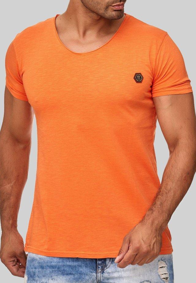 MIT RUNDHALS - Basic T-shirt - orange
