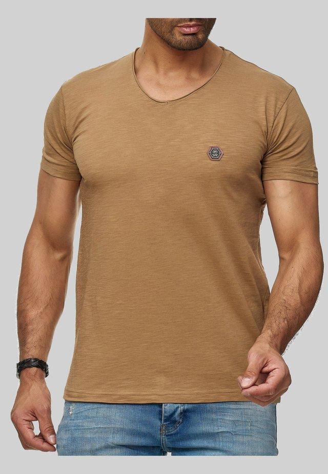 MIT RUNDHALS - Basic T-shirt - braun