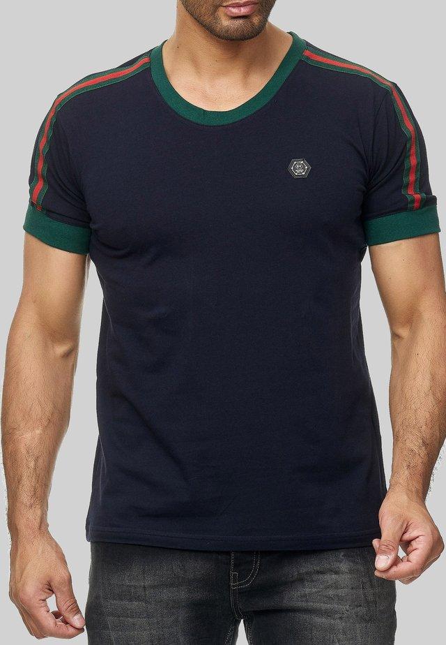 MIT STREIFEN - Print T-shirt - dunkelblau