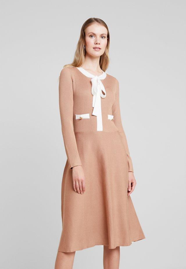 NAJA - Stickad klänning - beige