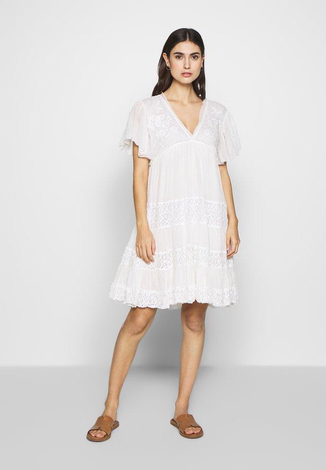 ACCRU - Korte jurk - white