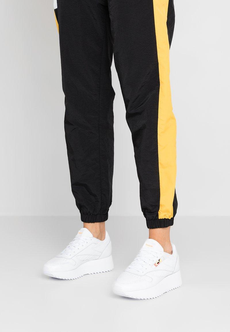 Reebok Classic - DOUBLE - Sneakersy niskie - white/neon red/black
