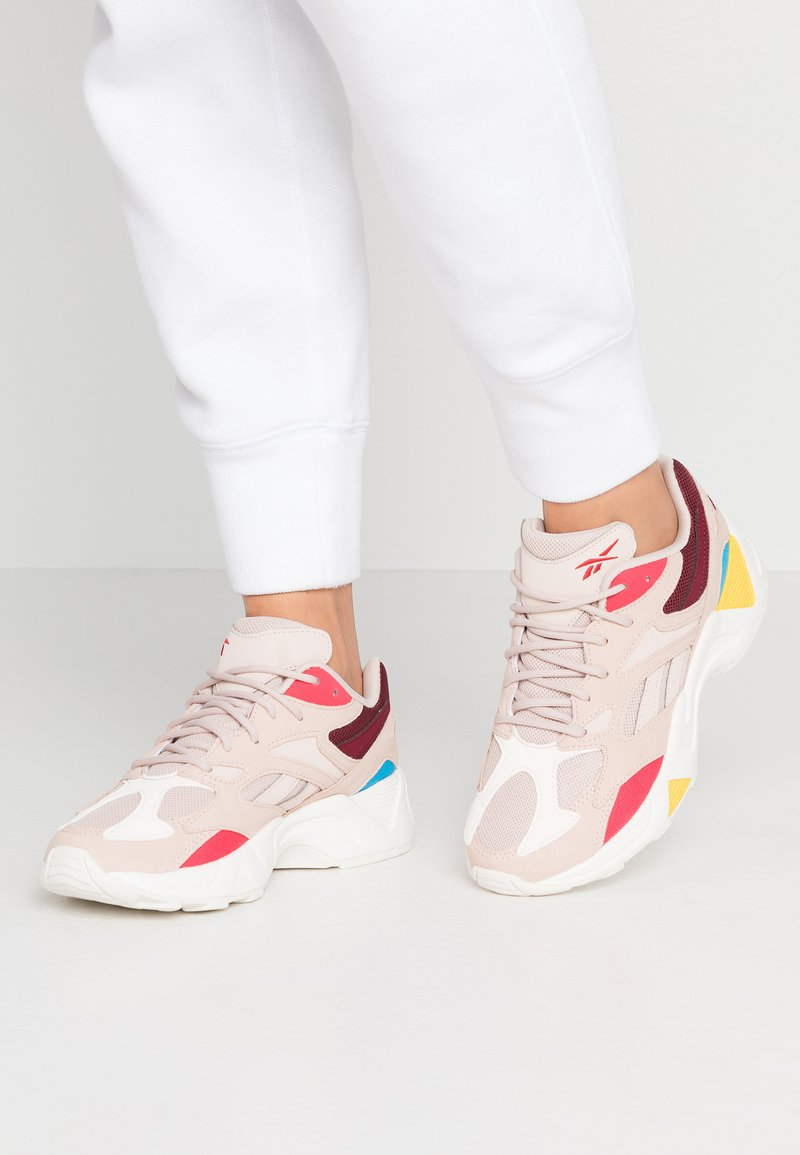 Reebok Classic - AZTREK 96 LIGHTWEIGHT CUSHION SHOES - Zapatillas - buff/maroon/pink/cyan