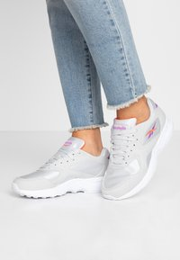 Reebok Classic - TORCH HEX LIGHT BREATHABLE SHOES - Trainers - grey/grape/neon red - 0