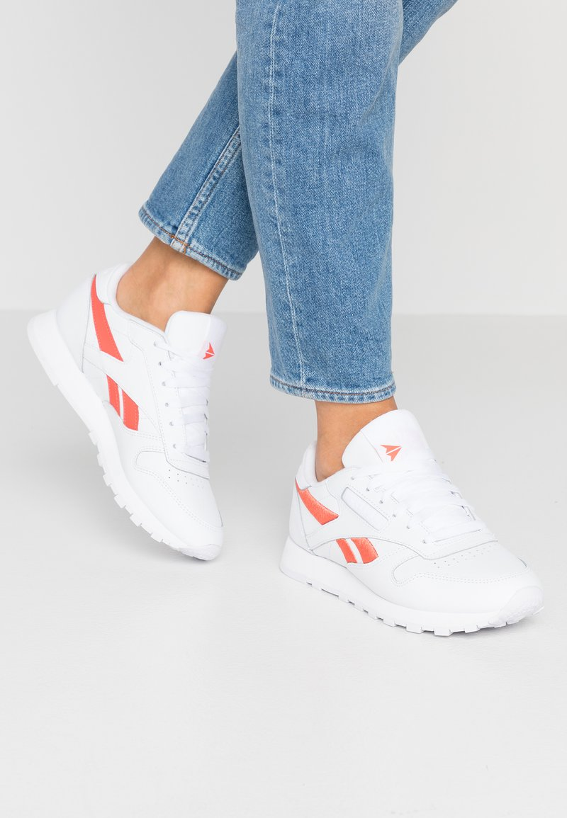 Reebok Classic - CLASSIC LEATHER CUSHIONING MIDSOLE SHOES - Trainers - white/rosette