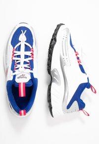 Reebok Classic - DMX SERIES 2K SOFT SUPPORTIVE FEEL - Sneakersy niskie - white/hyper pink/cobalt - 5