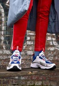 Reebok Classic - DMX SERIES 2K SOFT SUPPORTIVE FEEL - Sneakersy niskie - white/hyper pink/cobalt - 4