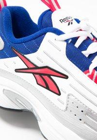 Reebok Classic - DMX SERIES 2K SOFT SUPPORTIVE FEEL - Sneakersy niskie - white/hyper pink/cobalt - 2