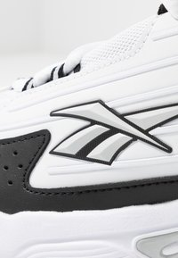 Reebok Classic - DMX SERIES 2K SOFT SUPPORTIVE FEEL - Sneaker low - white/black/silver metallic - 2