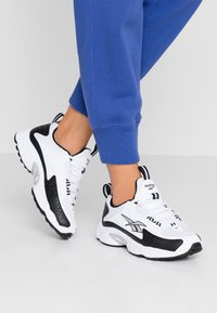 Reebok Classic - DMX SERIES 2K SOFT SUPPORTIVE FEEL - Sneaker low - white/black/silver metallic - 0
