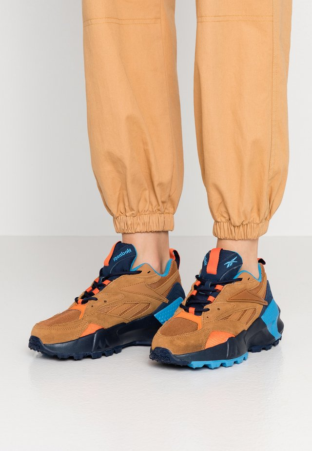 AZTREK DOUBLE MIX RUGGED TRAIL - Sneaker low - wild brown/collegiate navy/cyan
