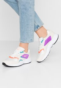 Reebok Classic - TORCH HEX LIGHT BREATHABLE SHOES - Trainers - chalk/pink/grape/white - 0