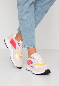 Reebok Classic - TORCH HEX LIGHT BREATHABLE SHOES - Baskets basses - pale pink/cobalt/yellow - 0