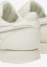 Reebok Classic - CLASSIC LEATHER SHOES - Matalavartiset tennarit - white - 10