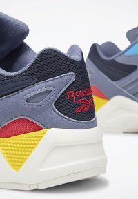 Reebok Classic - AZTREK 96 SHOES - Trainers - blue/blue/pink - 4
