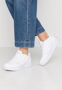 Reebok Classic - COURT DOUBLE MIX - Sneakersy niskie - white/panton - 0