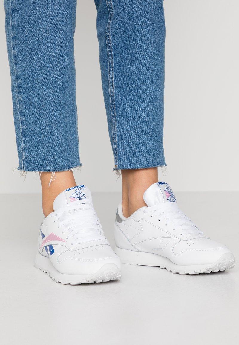 Reebok Classic - Sneaker low - white/humble blue/pink