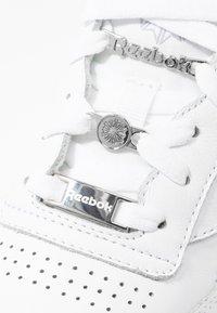 Reebok Classic - CLUB C 85 - Sneakersy niskie - white/silver metallic - 2