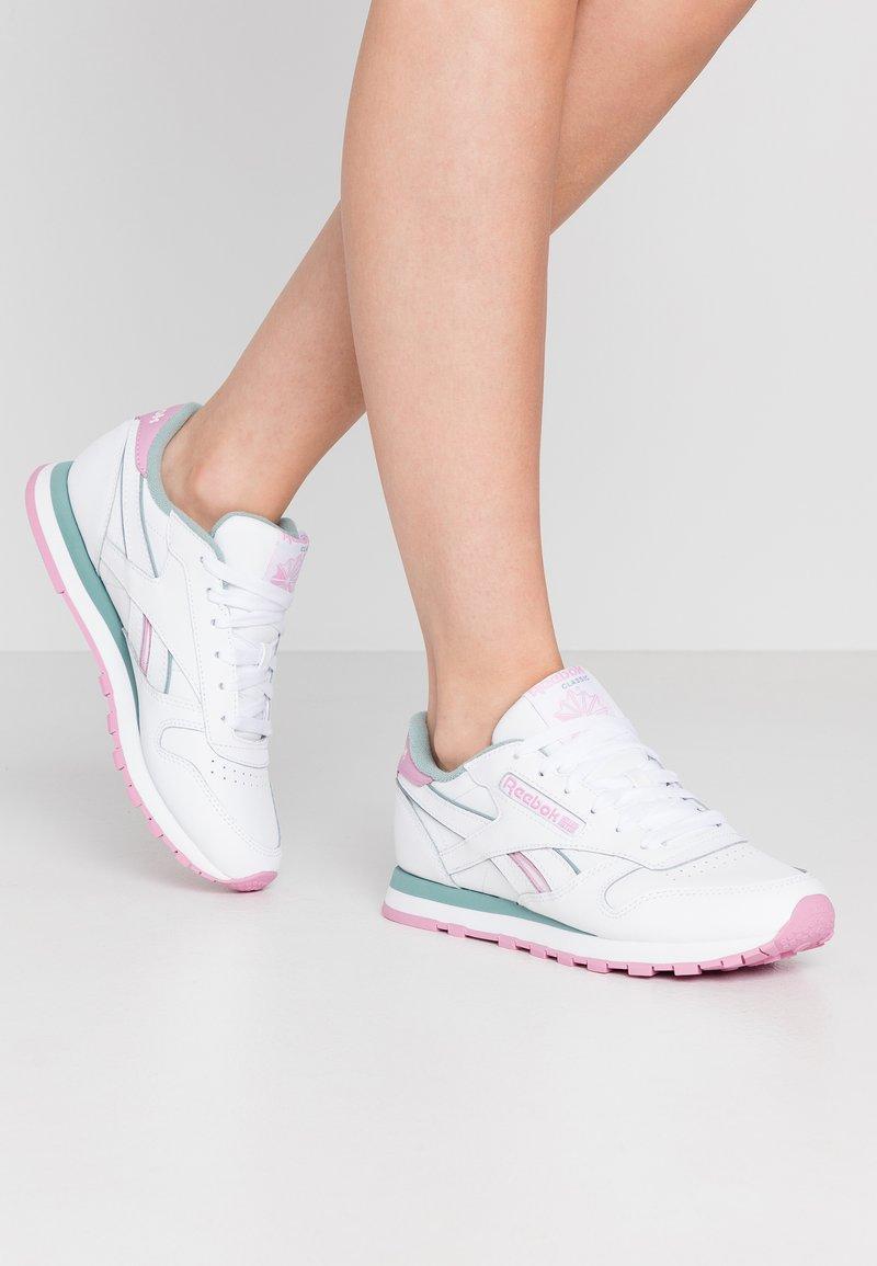 Reebok Classic - Sneakersy niskie - white/green slate/jasmine pink