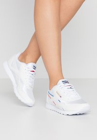 Reebok Classic - Sneakersy niskie - white/radiant red/blue - 0