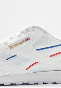 Reebok Classic - Sneakersy niskie - white/radiant red/blue - 2