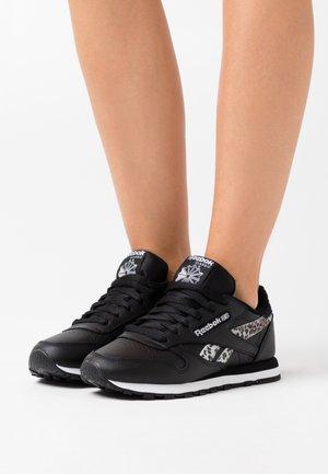 CLASSIC - Sneakers laag - black/white/silver metallic