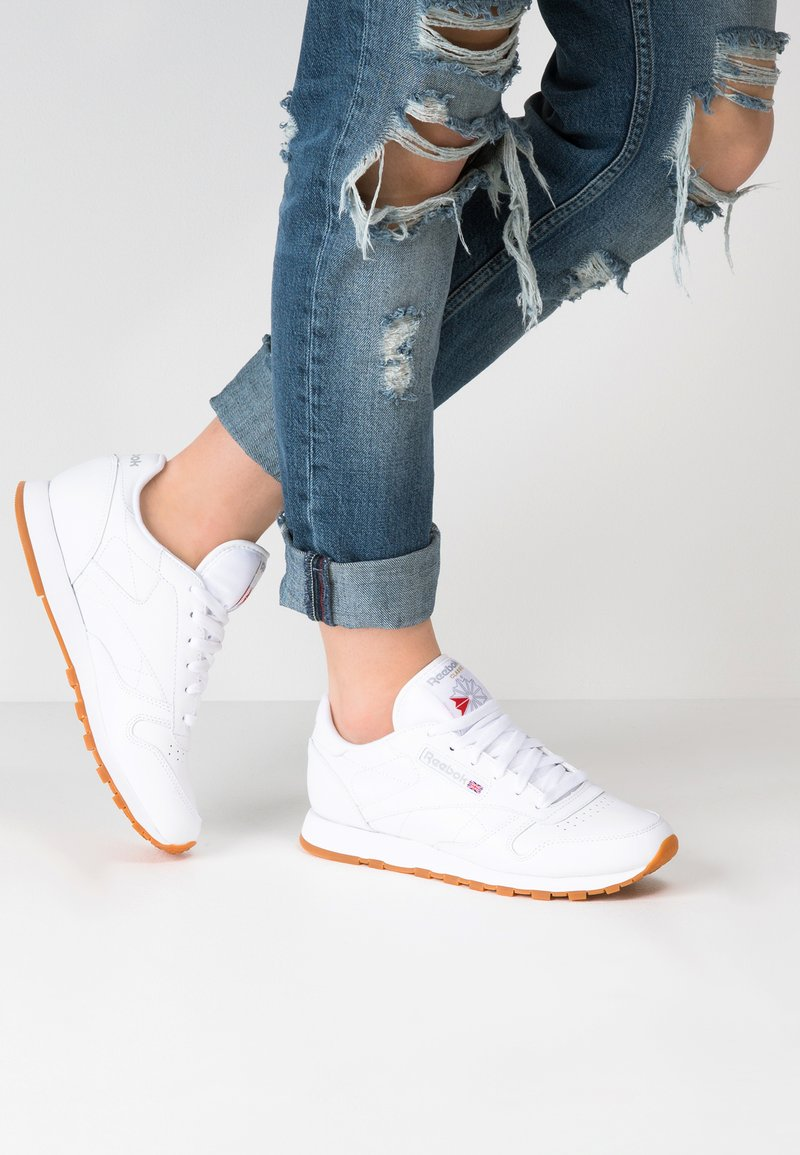 Reebok Classic - CLASSIC LEATHER CUSHIONING MIDSOLE SHOES - Sneakersy niskie - white