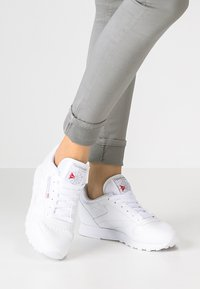 Reebok Classic - CLASSIC LEATHER CUSHIONING MIDSOLE SHOES - Tenisky - white - 0