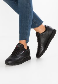 Reebok Classic - CLASSIC LEATHER CUSHIONING MIDSOLE SHOES - Trainers - black - 0