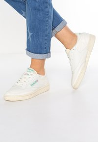 Reebok Classic - CLUB C 85 VINTAGE SOFT LEATHER SHOES - Sneakers laag - chalk/green/white/red - 0