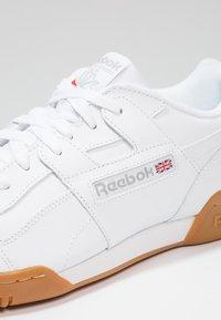 Reebok Classic - WORKOUT PLUS - Zapatillas - white/carbon/red/roya - 5