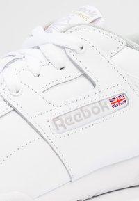 Reebok Classic - WORKOUT L OW - Matalavartiset tennarit - white/grey - 5
