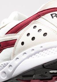 Reebok Classic - PYRO - Sneakersy niskie - chalk/burgundy/black - 5